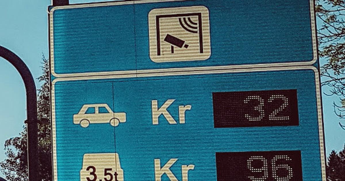 1. juni 2019 åpner 54 nye bomstasjoner i Oslo. Med det nye systemet på plass blir det nå lavere priser per passering og flere passeringer per biltur. Flere bilturer blir belastet med bompenger, og flere billister, inkludert de med elbil, blir nå med på å betale på spleiselaget. I Autogear har vi jobbet mye med å få på plass de nye endringene i kjøreboken vår til 1. juni, så vi tenkte vi skulle dele litt av denne innsikten gjennom et blogginnlegg som tar for seg endringene som kommer. Er du en av de som er avhengig av å bruke bil i hverdagen tar vi og en titt på hvordan du enkelt kan redusere dine bompengeutgifter i det nye Oslo.